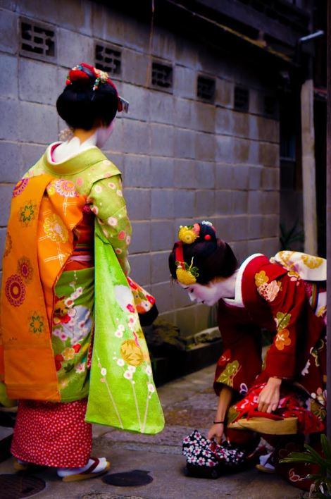 Geisha Attempt No. 2: only geishas can make slipper-picking such a graceful event.
